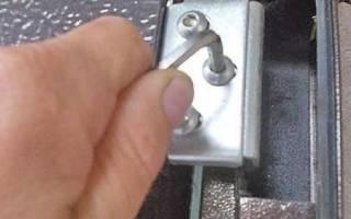 Как отрегулировать петли на железной двери?