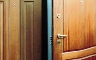 Чем замазать щели в деревянной двери?