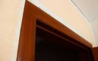Как приклеить наличник на дверь?