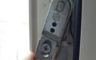 Как подкрутить ручку на пластиковой двери?
