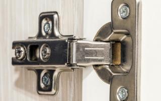 Как вешать двери на петли шкафа?