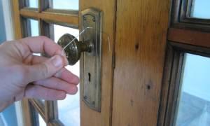 Как вытащить ключ с другой стороны двери?