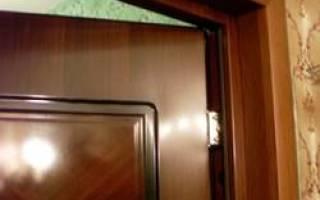 Как оштукатурить откосы входной двери?