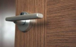 Как подтянуть дверную ручку межкомнатной двери?