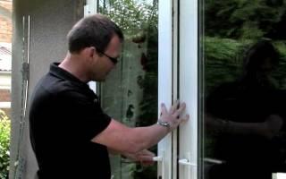 Как подтянуть ручку на пластиковой двери?